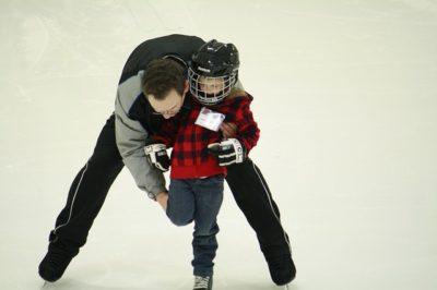 スケートをする少年