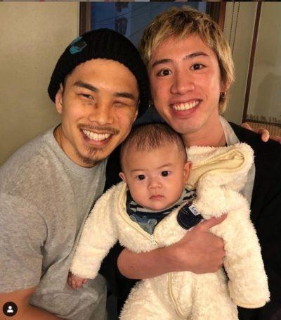 井岡一翔の子供を抱っこするtaka