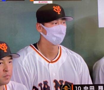 試合で金のネックレスを付ける中田翔選手