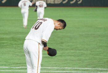 頭を下げる中田翔選手